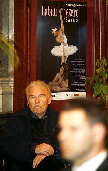 Herec Luděk Munzar během posledního smutečního rozloučení s hercem Miroslavem Doležalem, které se konalo 17. dubna ve vstupním foyeru historické budovy Národního divadla.