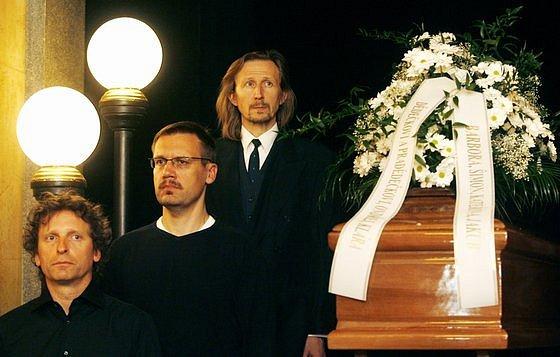 Poslední smuteční rozloučení s hercem Miroslavem Doležalem se konalo 17. dubna ve vstupním foyeru historické budovy Národního divadla.