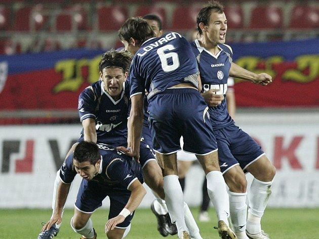 Radost hráčů Dinama Záhřeb znamená smutek pro Spartu. Remíza na Letné znamená vyřazení z poháru UEFA