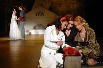 TŘI ČARODĚJKY. Yvetta Blanarovičová (Alexandra) s Markétou Sedláčkovou a Alenou Antalovou, které hrají v alternacích Jane a Sukie.