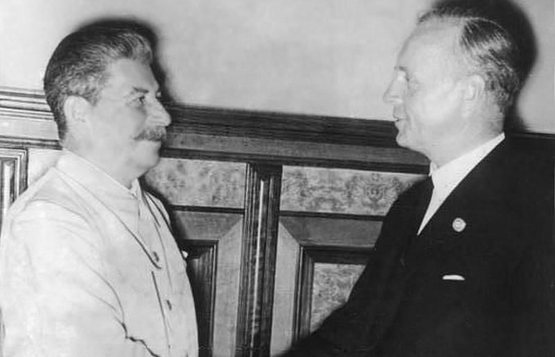 Sovětský vůdce Josif Vissarionovič Stalin s Hitlerovým ministrem zahraničí Joachimem von Ribbentropem. Německo-sovětský pakt umožnil rozparcelování Polska