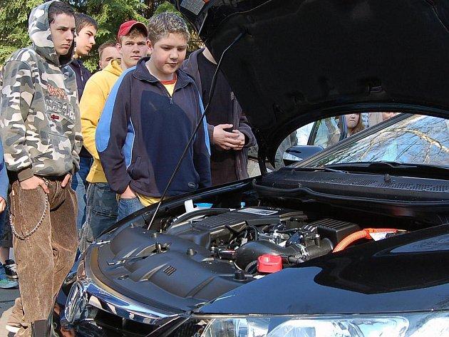 Město Desná má k dispozici jako první město v republice auto s hybridním motorem.