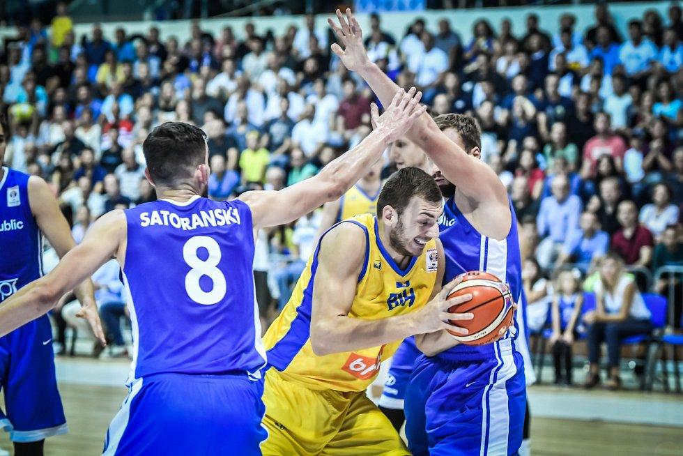 Tomáš Satoranský (vlevo) brání v kvalifikačním utkání o MS proti Bosně a Hercegovině.