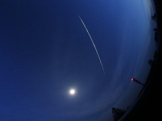 Velmi jasný bolid, který byl 23. května večer vidět na obloze především ve východní části Česka, mohl zanechat úlomky na Prostějovsku. Zaznamenala ho bolidová síť, což je soubor speciálních kamer.