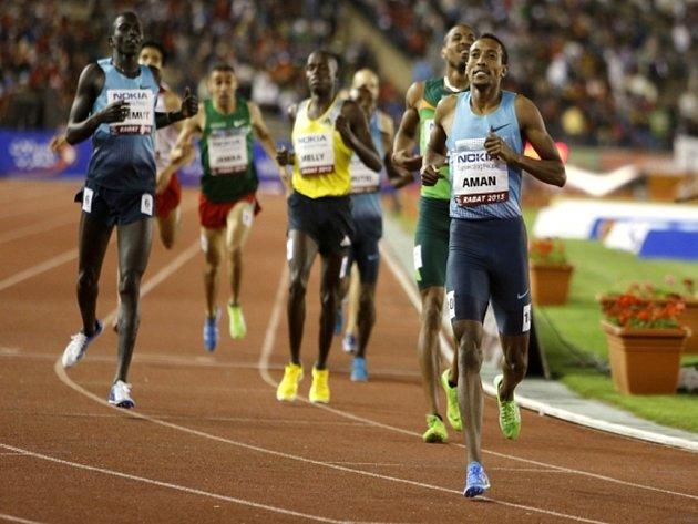 Mohamed Aman (vpravo) v cíli závodu na 800 m v Rabatu.