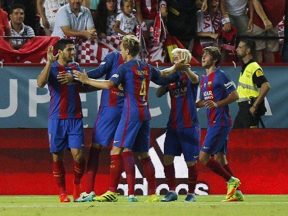 Luis Suarez (vlevo) slaví se spoluhráči první gól v síti Sevilly.