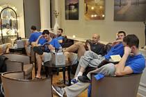 Čeští basketbalisté relaxují v hotelu v městečku Roubaix.