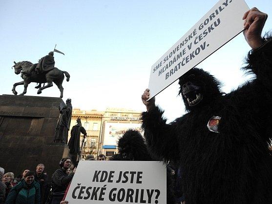 Lidé oslovení iniciátory tzv. holešovské výzvy se sešli 15. března na Václavském náměstí v Praze na protestním shromáždění proti vládě s požadavkem její demise.