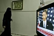 Egyptská státní televize zrušila dlouholetý zákaz, podle nějž nesměly být hlasatelky zpráv při vysílání zahalené. Dnešní polední zprávy přečetla hlasatelka Fátima Nabílová s vlasy zakrytými šátkem krémové barvy.