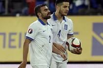 Fotbalisté Řecka Giannis Maniatis (vlevo) a Kostas Manolas po kiksu s Faerskými ostrovy.