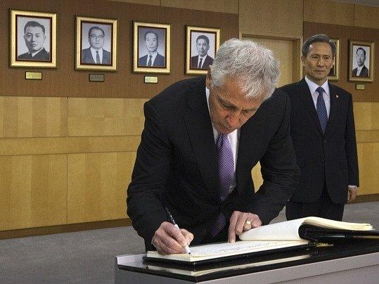 Ministři Chuck Hagel a Kim Pjong-kwan.