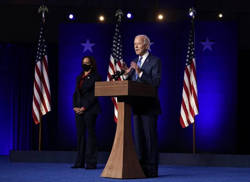 Demokratický kandidát na prezidenta Joe Biden během projevu ve městě Wilmington ve státě Delaware 6. listopadu 2020, vlevo je kandidátka na viceprezidentku Kamala Harrisová.