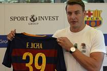 Házenkář Filip Jícha s dresem Barcelony.