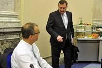Ministr financí Miroslav Kalousek a premiér Petr Nečas na schůzi vlády 23. května v Praze.