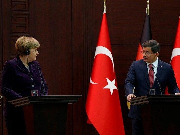 Angela Merkelová s tureckým premiérem Ahmetem Davutogluem.