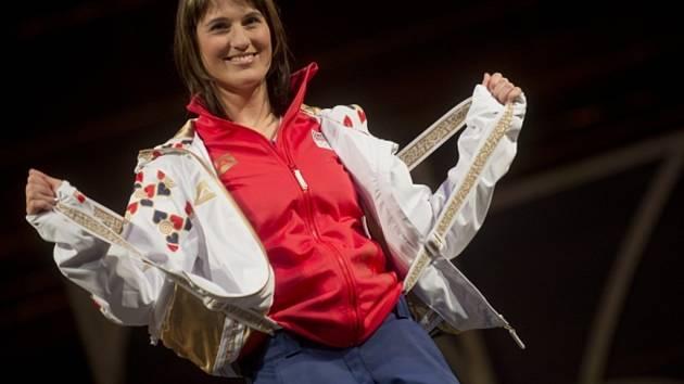 Akrobatická lyžařka Nikola Sudová představuje oblečení sportovců pro zimní olympijské hry v Soči 2014.