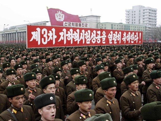Desítky tisíc lidí se dnes sešly na zasněženém náměstí v Pchjongjangu na shromáždění na oslavu a podporu historicky třetího pokusného jaderného výbuchu.