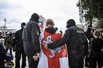Policie zadržuje 27. srpna 2020 demonstranta zahaleného ve staré běloruské národní vlajce na náměstí Nezávislosti v Minsku