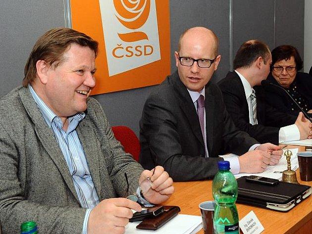 Předsednictvo ČSSD podle očekávání podpořilo návrh, aby poslanecký klub kvůli krizi v koalici vyvolal po Velikonocích ve sněmovně hlasování o nedůvěře vládě.