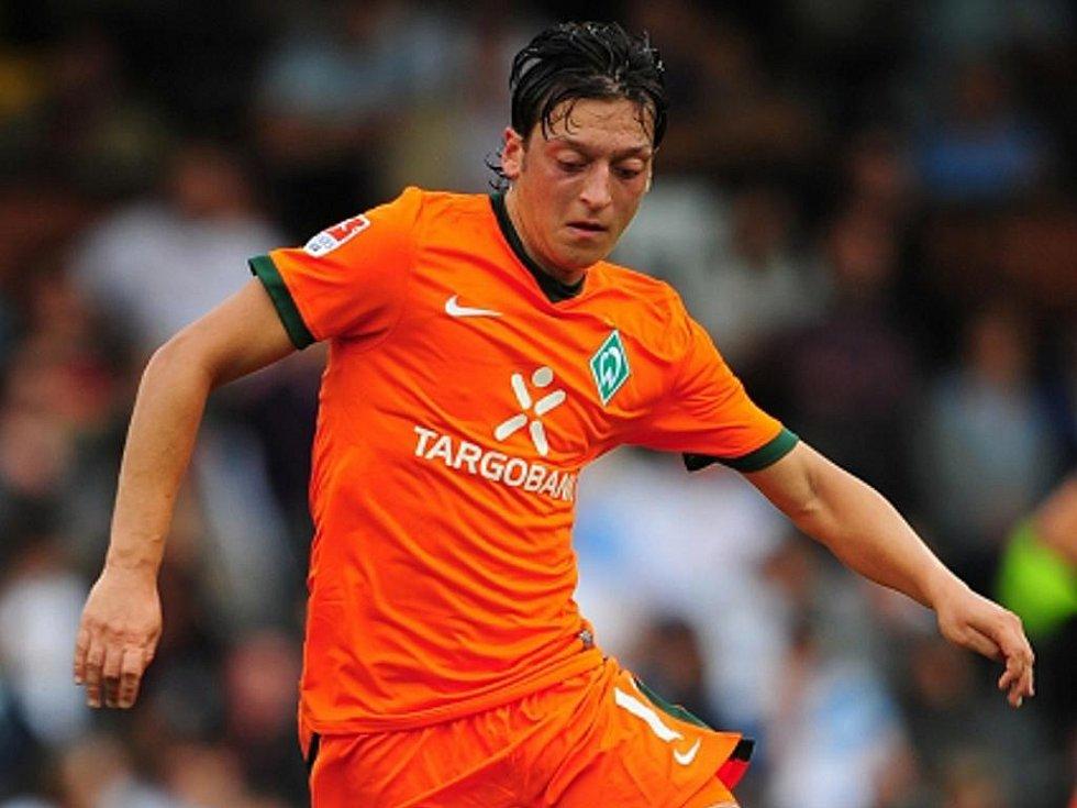 Fotbalový záložník Brém Mesut Özil.