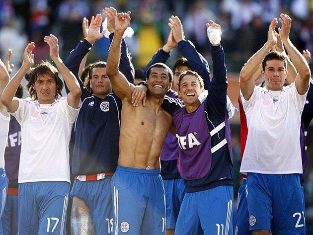Fotbalisté Paraguaye se radují z důležitého vítězství.