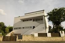 Sněmovna zvažuje, jak naložit se sídlem předsedy dolní komory v Praze 6, takzvanou vilou Ladronka (na snímku). Podle předsedkyně Poslanecké sněmovny Miroslavy Němcové připadá v úvahu i její prodej.