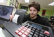 Děčín EET elektronická evidence tržeb instalace zařízení. Technik René Hošek právě instaluje a zkouší připojení zařízení EET.