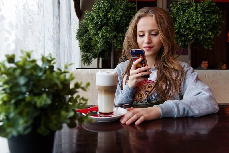Většina dnešních teenagerů bez mobilu nevykročí ze dveří. Naučte je telefon využívat k placení.