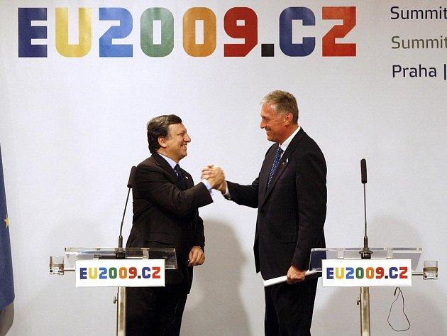 Mirek Topolánek (vpravo) se v Praze loučil s předsednictvím EU. Na snímku s předsedou Evropské komise Josém Barossou.