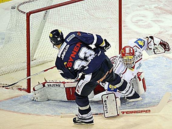 Petr Nedvěd střílí rozhodující gól do branky Třince.