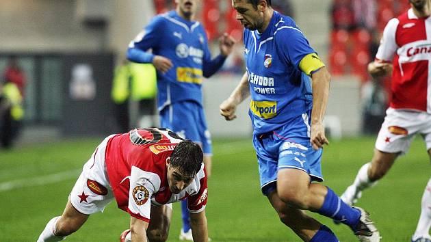 Rudolf Skácel ze Slavie (vlevo) uklouzl a o míč ho obral plzeňský záložník Pavel Horváth.