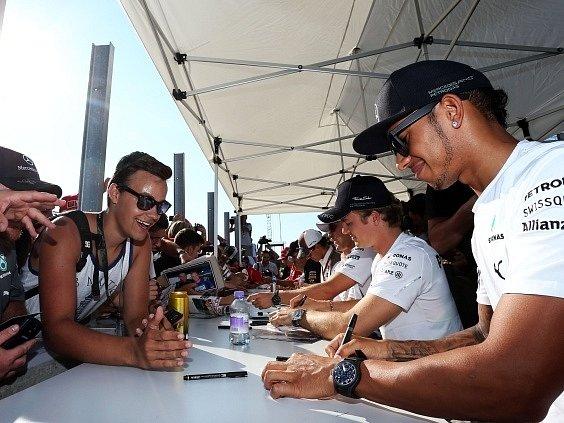Lewis Hamilton (zcela vpravo) se podepisuje nadšeným maďarským fanouškům.