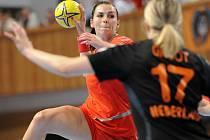 Iveta Luzumová se prosazuje proti Nizozemsku.
