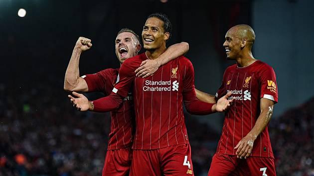Fotbalisté Liverpoolu (zleva) Jordan Henderson, Virgil Van Dijk a Fabinho.