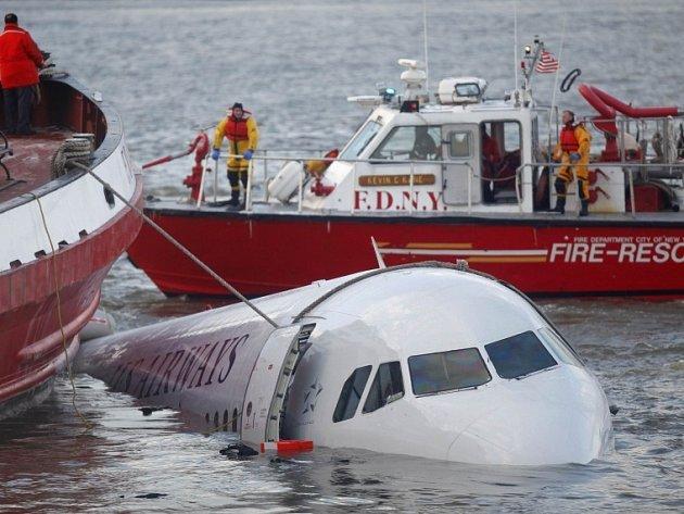 Airbus zabezpečený na laně newyorských říčních záchranářů.