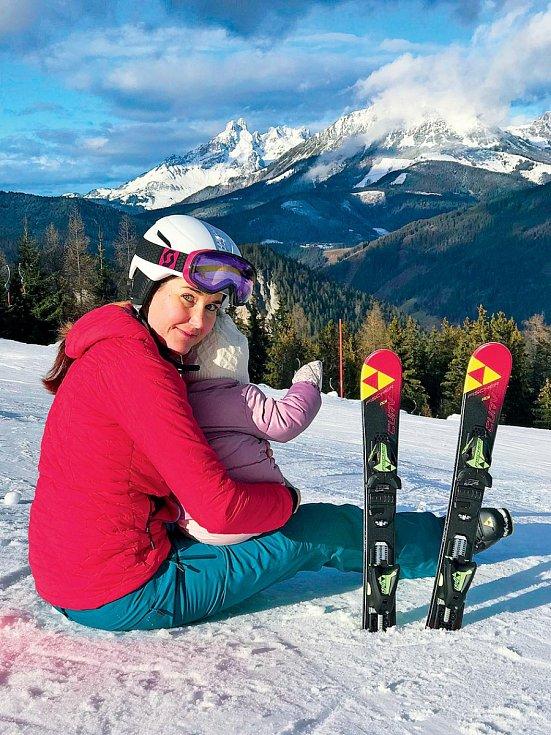 Po posledním závodě v roce 2017 se na lyže více než rok nepostavila, letos už si je zase užila i s malou Emou.