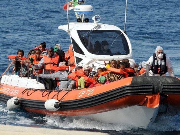 talská pobřežní stráž dnes u pobřeží Kalábrie koordinovala operaci na záchranu 350 uprchlíků. Do problému se tam dostalo plavidlo s běženci, z nichž jeden byl mrtvý.