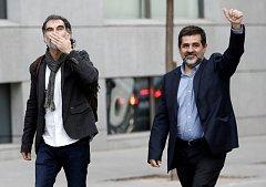 Jordi Cuixart (vlevo) a Jordi Sánchez (vpravo) dorazili před soud.