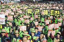 Lidé v jihokorejské metropoli Soulu demonstrovali za odstoupení prezidentky Pak Kun-hje, která údajně umožňuje svým důvěrníkům zasahovat do státních záležitostí.