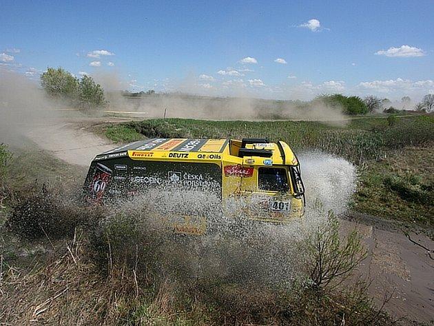 Aleš Loprais se svojí Tatrou na trati Středoevropské rallye.