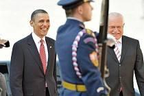 Americký prezident Barack Obama a český prezident Václav Klaus (vpravo) 8. dubna na Pražském hradě. Prezidenti USA a Ruska zde podepíší smlouvu o omezení stavu jaderných zbraní.