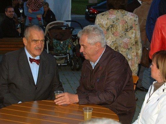 Prezident Miloš Zeman společně s Karlem Schwarzenbergem (TOP 09) v Lánech zapálili Masarykovu vatru na počest 76. výročí úmrtí prvního československého prezidenta. Poté oba usedli ke společnému stolu s kelímkem burčáku a vedli spolu klidnou debatu.