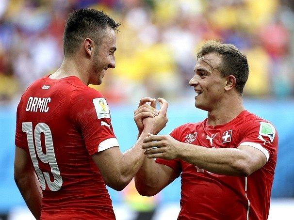 Švýcarsko - Honduras: Josip Drmic a Shaqiri slaví gól
