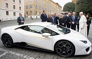 Papež draží auto pro charitu