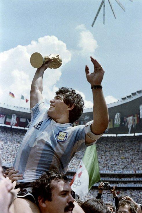 Diego Maradona slaví se spoluhráči zisku mistrovského titulu. Rok 1986. Mexiko