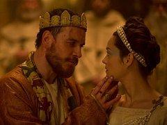 KRÁLOVSKÝ PÁR. Pán a paní Macbethovi chyceni do tenat moci, násilí a viny (Michael Fassbender a Marion Cottilardová).