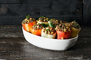 Papriky plněné kešu, rýží a čočkou