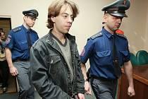 Tak zvaný ústecký řezník Miroslav Rittich vstupuje do soudní síně