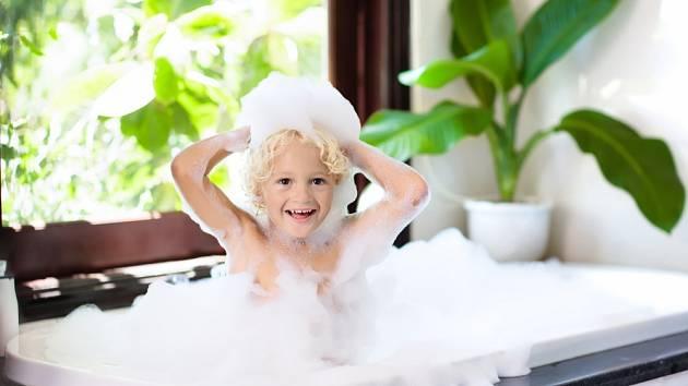 Dítě ve vaně. Ilustrační foto