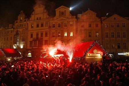 Desítky tisíc obyvatel a návštěvníků Prahy oslavilo příchod Nového roku 2008 tradičně na Václavském a Staroměstském náměstí. Snímek je ze Staroměstského náměstí, kde byl pro diváky připraven bohatý kulturní program.